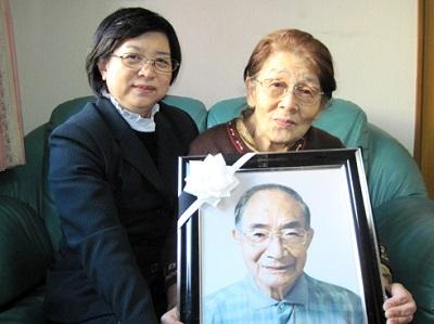 グローバルケアの葬儀をご利用いただいたお客様からの声:橋本似江子様(右)