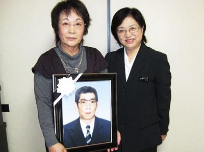 グローバルケアの葬儀をご利用いただいたお客様からの声:鈴木良子様(左)